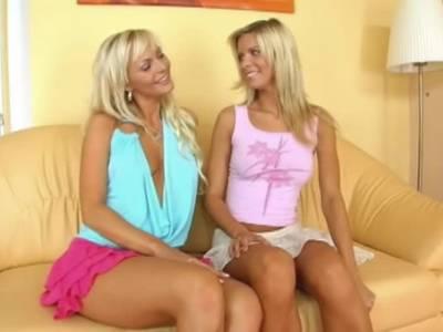 Die blonde Sandra verführt ihre blonde Freundin mit ihrer Zunge