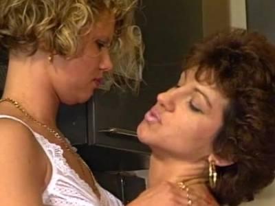 Sexy Muttis züngeln sich gegenseitig ihre heißen Nippel
