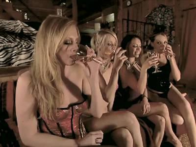 Hier spielen vier schöne Frauen miteinander