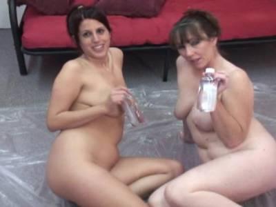 Zwei dickbusige Freundinnen haben lustvollen Lesbensex