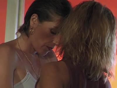 Lesbensex im Schlafzimmer mit Mann