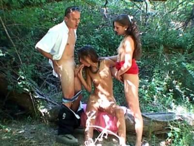 Zwei Lesben ficken am Fluss einen Mann