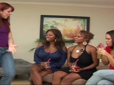 Heiße Ebony Lesben lecken sich die glatt rasierten Fickfotzen